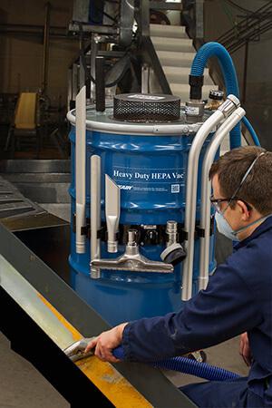 Hochleistungstrockensauger wird genutzt für die geplante Wartung einer Mühle