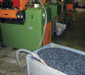 Line Vac Vakuumförderer befördert Plastikteile