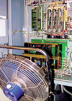 Hitze kann Ihre Maschinen zum Stillstand bringen. Es besteht eine hohe Schockgefahr, wenn die Schalttafeltür geöffnet wird und ein Ventilator heiße, schmutzige Fabrikluft auf die Elektronik bläst.